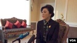 Phát biểu với truyền thông nước ngoài trước khi lên máy bay đi thăm Chiangmai, Thủ tướng tạm quyền Yingluck Shinawatra bày tỏ tin tưởng rằng quân đội sẽ không lật đổ bà. (Steve Herman/VOA)
