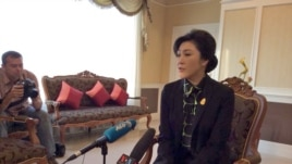 Thailand's caretaker Prime Minister Yingluck Shinawatra speaks to members of the foreign media in Bangkok, Dec. 11, 2013. (Steve Herman/VOA)