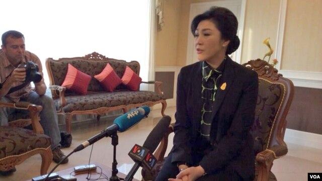 Thailand's caretaker Prime Minister Yingluck Shinawatra speaks to members of the foreign media in Bangkok, Dec. 11, 2013. (Steve Herman/VOA)