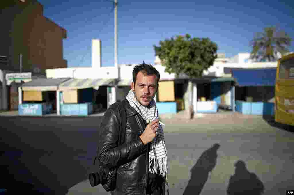 Nhiếp ảnh viên Pháp Remi Ochlik trong thời gian tường trình cuộc cách mạng Tunisia. (AP)