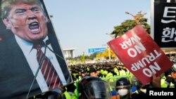 Người biểu tình phản đối Tổng thống Mỹ Donald Trump ở Seoul khi ông Trump đọc diễn văn tại đây hôm 8/11. Nhiều người ở Philippines cũng đã biểu tình phản đối chuyến thăm sắp tới của ông Trump tới Manila dự Hội nghị thượng đỉnh ASEAN.