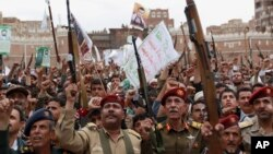 Pemberontak Syiah Houthi melakukan unjuk rasa di Sanaa, Yaman untuk memrotes serangan udara Saudi, Kamis (26/3).