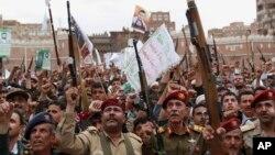 Phiến quân Houthi biểu tình phản đối các cuộc không kích do Ả rập Xê út dẫn đầu, ở Sanaa, Yemen, 26/3/2015.