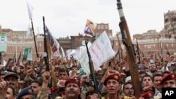 حوثی باغی صنعا میں عرب ملکوں کے فضائی حملوں کے خلاف احتجاج کر رہے ہیں (فائل)