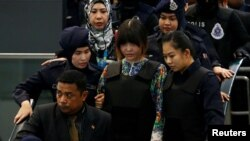 김정은 북한 국무위원장의 이복형 김정남 살해 혐의로 기소된 베트남 국적자 도안 티 흐엉(가운데)이 지난 24일 쿠알라룸푸르 국제공항에서 실시된 사건 현장 검증에 참석했다.