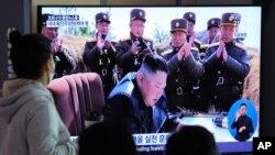2020年3月21日,在韩国首尔火车站的民众观看播放着朝鲜领导人金正恩画面的电视新闻