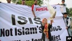 یک زن مسلمان کبوتری را به عنوان نماد صلح در تظاهرات ضد داعش در اندونزی آزاد می کند. جاکارتا، ۵ سپتامبر۲۰۱۴