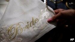 Un détail d'une serviette avec le mot «Bride» brodé en or est exposé à la Wedding Gallery, à Londres, le 28 mars 2018.