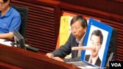 身兼支聯會主席的工黨立法會議員李卓人(右)在答問大會展示諷刺梁振英說謊的照片(美國之音湯惠芸)