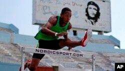 El atleta cubano Orlando Ortega durante una sesión de entrenamiento en La Habana. Ortega desertó de Cuba en 2013.