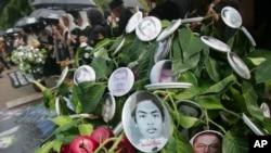 Potret orang-orang yang diduga menjadi korban pelanggaran HAM tampak tergantung di sebuah pohon dalam unjuk rasa memperingati Hari HAM Sedunia di Jakarta, 10 Desember 2009. (Foto: AP)