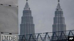 Logo 1MDB (1 Malaysia Development Berhad) di dekat Menara Kembar Petronas di Kuala Lumpur, Malaysia (Foto: dok).