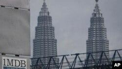 Logo 1MDB (1 Malaysia Development Berhad) di dekat menera kembar Petronas Twin Towers di kawasan Tun Razak Exchange, Kuala Lumpur, Malaysia, 8 JUli 2015. (Foto: dok).
