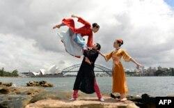 中国芭蕾舞团2014年2月在悉尼歌剧院和港湾大桥前表演