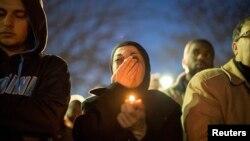 Warga muslim AS menghadiri pemakaman tiga mahasiswa muslim yang tewas ditembak di North Carolina (foto: dok). Banyak warga Muslim masih merasa terpojok oleh persepsi negatif sejak serangan teror 11 September 2001.