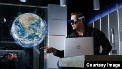 DAQRI yang berbasis di Los Angeles menggunakan perangkat Realitas Tertambah (AR) untuk menampilkan instruksi kerja di lingkungan pekerja, yang menurut perusahaan memungkinkan pekerja menyelesaikan tugas dengan aman dan efisien. (Courtesy daqri.com)