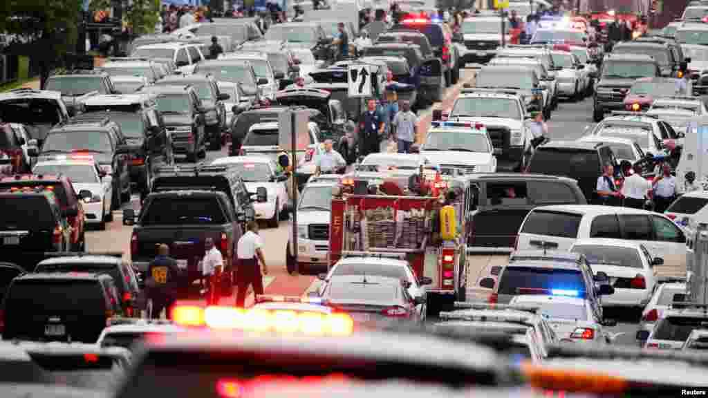 La police a bouclé pendant plus de deux heures le quartier de Navy Yard à la recherche d'un tireur embusqué présumé à Washington, le 2 juillet 2015