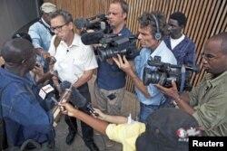 Des journalistes entourant Alhaji Jusu Jarka, une victime de la guerre sierra leonaise, devant le Tribunal spécial pour la Sierra Leone