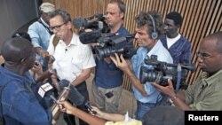 Jornalistas serraleoneses e estrangeiros entrevistando uma vítima da guerra civil após uma audiência no Tribunal Especial para a Serra-Leoa (Arquivo)