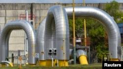 Pipa-pipa di saluran gas milik operator Eustream di Velke Kapusany, Slovakia yang berbatasan dengan Ukraina (15/4), yang mendistribusikan gas dari Rusia ke Eropa lewat Ukraina. (Reuters/Radovan Stoklasa)