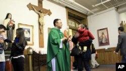 Otac Luyen Dau pozdravlja članove njegove kongregacije u župi Visitation, koja služi misu na engleskom, španjolskom i vijetnamskom