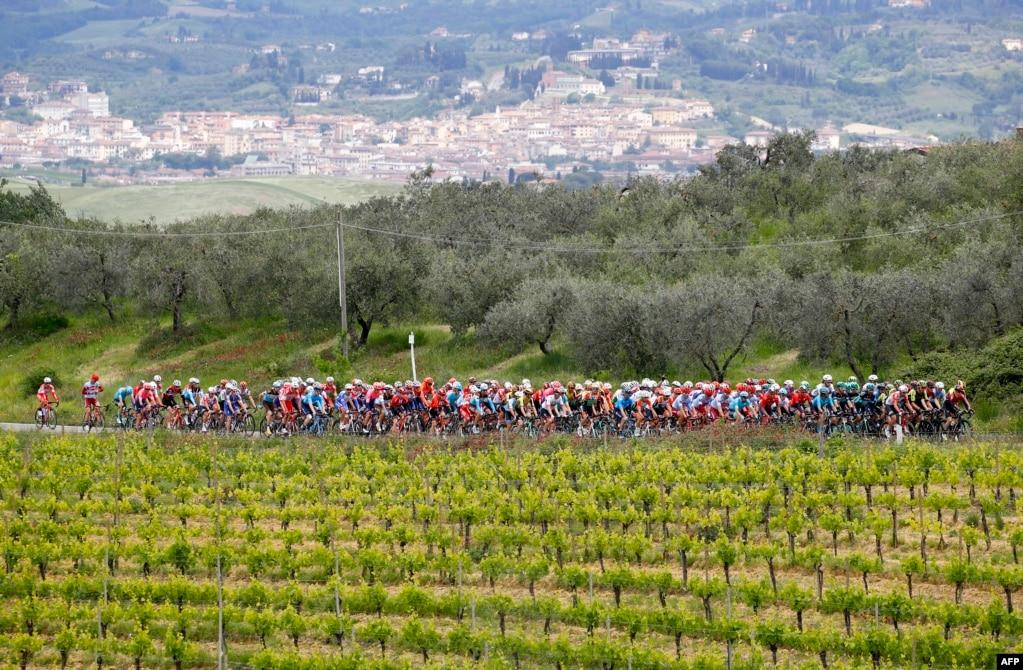 이탈리에서 열린 제102회 '지로 디탈리아 (Giro d'ltalia)' 대회 스테이지 3에서 선수들이 전력 질주를 하고 있다. 지로 디탈리아는 이탈리아 빈치에서 오르베텔로까지 220km를 달리는 장거리 도로 자전거 경기이다.