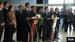 Presiden Joko Widodo didampingi para Menko bersama pimpinan DPR RI melakukan jumpa pers usai rapat konsultasi di Gedung MPR DPR RI di Jakarta, Senin, 6 April 2015 (Foto: VOA/Iris Gera)