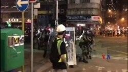 香港防暴警察週日在九龍彌敦道向示威者發射催淚彈