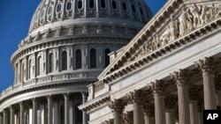 ສະພາສູງສະຫະລັດ (ຂວາ) ຫຼື Senate ແລະ ຕືກລັດຖະສະພາ ສະຫະລັດ ຫຼື the Capitol ຈະສາມາດເຫັນໄດ້ ຢູ່ໃນນະຄອນຫຼວງ ວໍຊິງຕັນ.