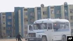 一名抗議者星期五在扎瑙津市避開警車