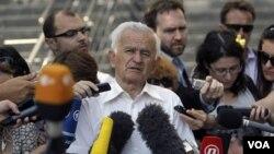 Milos Saljic (tengah), pengacara dari Jenderal Ratko Mladic memberikan keterangan pers di Beograd (30/5).