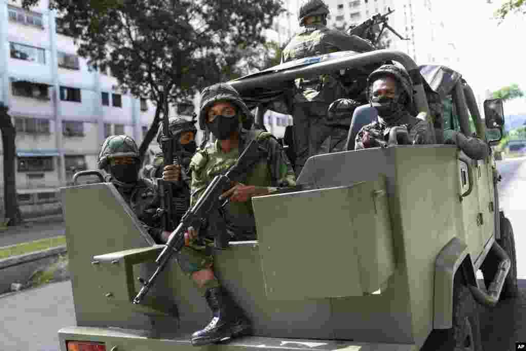 Venesuela - Əsgərlər Karakas şəhərində Milli Assambleyaya seçkilərin keçirildiyi vaxt hərbi bir avtomobildə keşik çəkir.