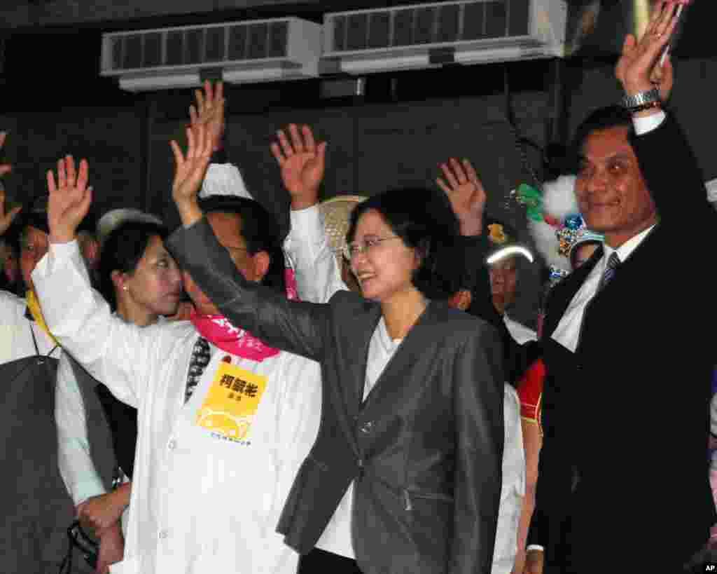 民进党总统副总统参选人蔡英文(中间)和苏嘉全(右)和支持者挥手致意