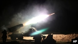 Une unité de l'armée syrienne bombarde les positions du groupe Etat islamique dans la province de Raqqa, en Syrie, 17 février 2016.
