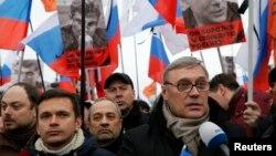 成千上萬的人參加了星期天在莫斯科市中心舉行的遊行,悼念被殺害的反對派領袖涅姆佐夫。