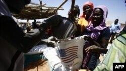 Des réfugiés vont chercher des vivres auprès de l'ONU, au Soudan du sud, le 27 février 2017.