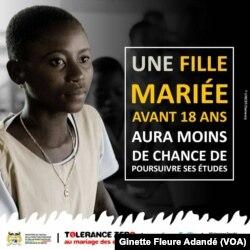 Une affiche de la campagne contre le mariage des enfants, à Cotonou, le 26 juin 2017. (VOA/Ginette Fleure Adandé)