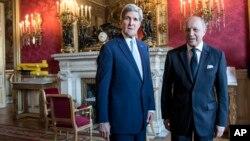 존 케리 미국 국무장관(왼쪽)과 로랑 파비우스 프랑스 외무장관이 26일 파리에서 회담하고, 우크라이나 사태 등을 논의했다.