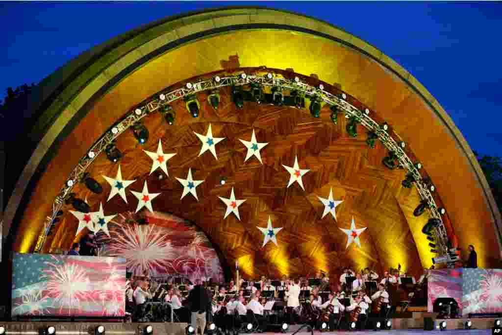 Dàn nhạc thành phố Boston tập dợt vào đêm hôm trước, 3/7/2012.