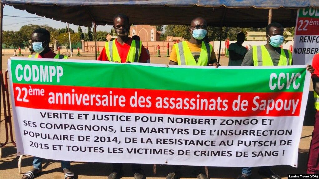 Des militants de la société civile tenant une banderole et réclament justice pour le journaliste, Ouagadougou, le 13 décembre 2020. (VOA/Lamine Traoré)
