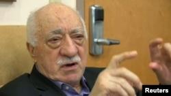 فتح الله گولن، روحانی ترکی از سال ۱۹۹۹ به این سو در تبعید خودی در امریکا به سر می برد.