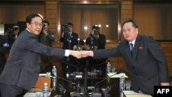 Hai nhà thương thuyết của hai miền Triều Tiên Cho Myoung-gyun (trái) và Ri Son Gwon (phải)