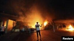 Konsulat AS di Benghazi terbakar akibat serbuan para demonstran Libya hari Selasa malam (11/9).