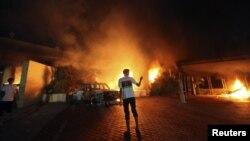Здание консульства США в Бенгази объято пламенем. 11 сентября 2012 г.