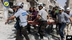Hình tư liệu - Nhân viên cứu hộ tại hiện trường vụ không kích vào khu dân cư do phiến quân kiểm soát ở phía đông Aleppo, Syria, ngày 21 tháng 9 năm 2016.