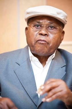Bruno Tshibala, porte-parole d'Etienne Tshisekedi, parle des tractations avant l'ouverture du conclave de l'opposition congolaise, au téléphone avec Eddy Isango