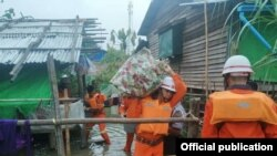 ပဲခူးတိုင္းေဒသႀကီး၊ ျပည္ခ႐ိုင္၊ ပန္းေတာင္းၿမိဳ႕နယ္မွာ ဧရာဝတီျမစ္ေရျမင့္တက္လာတာေၾကာင့္ ေဒသခံေတြကို ေ႐ႊ႕ေျပာင္းကူညီေပးေနတဲ့ မီးသတ္တပ္ဖဲြ႔၀င္မ်ား။ (ဓာတ္ပုံ - Myanmar Fire Services Department - ၾသဂုတ္ ၅၊ ၂၀၂၀)