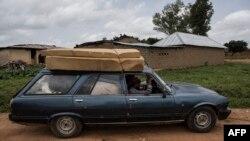 Les gens évacuent leur ferme après l'attaque des pasteurs Fulani contre leur, à Nghar, près de Jos, Nigeria, le 27 juin 2018.