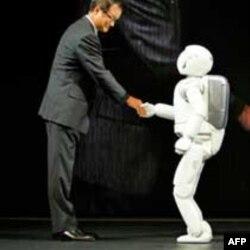"""Predsednik kompanije """"Honda motor"""" rukuje se sa Asimom"""
