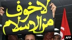 """Tunisda """"Innahda"""" – Uyg'onish partiyasi rahbari Rashid G'anuchiy surgundan qaytgan. Omma, ayniqsa yoshlar orasida uni quvvatlovchilar ko'p."""